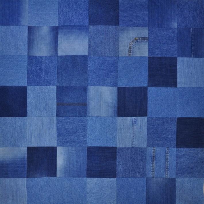 Antklodėlė pasiūta iš perdirbtų mėlynų džinsų skiaučių
