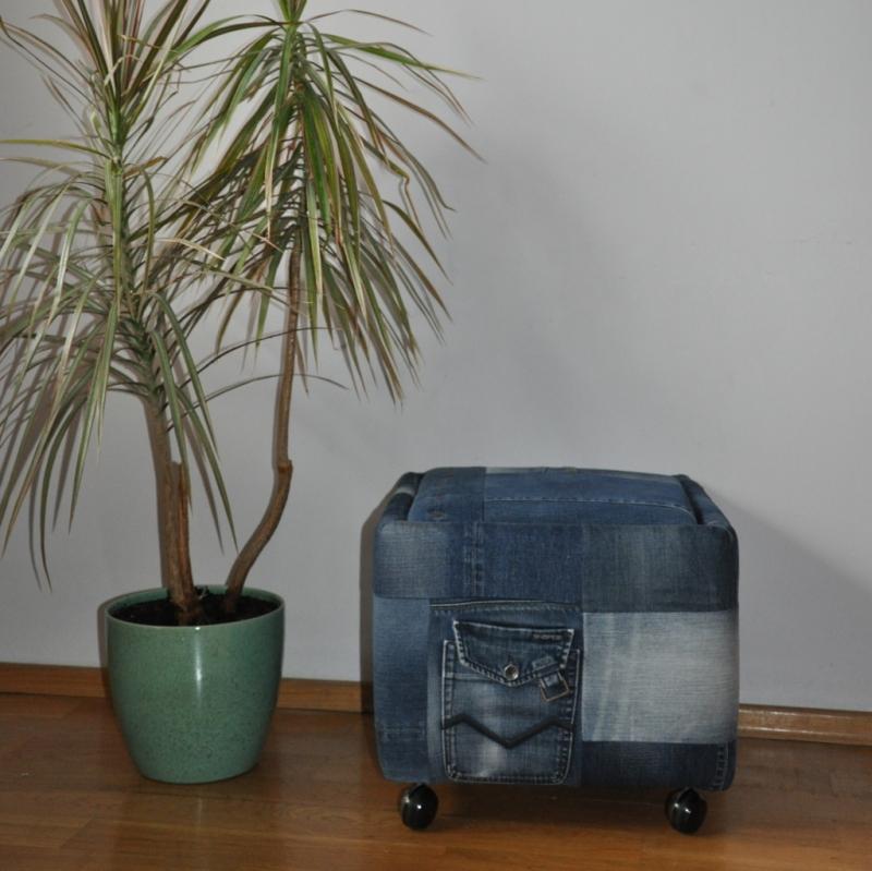 Išgelbėtas vintažinis baldas, atnaujintas džinsinis pufas