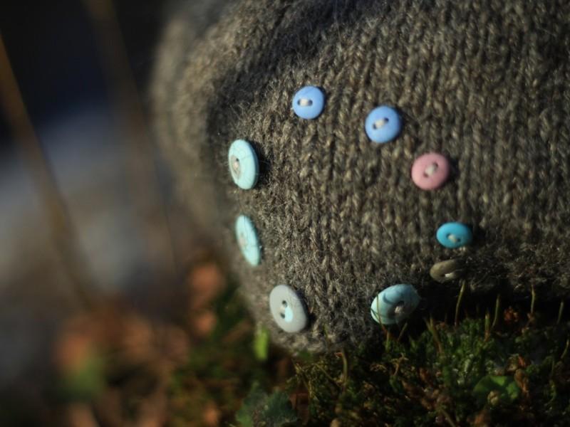 Alpakų vilnos kepurė su rankų darbo sagutėmis